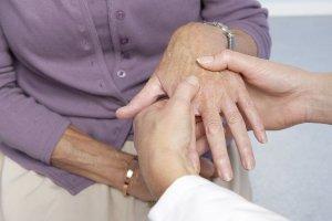 Почему при ревматоидном артрите опухают суставы после длительного покоя натирание для суставов из перепонок грецкого ореха